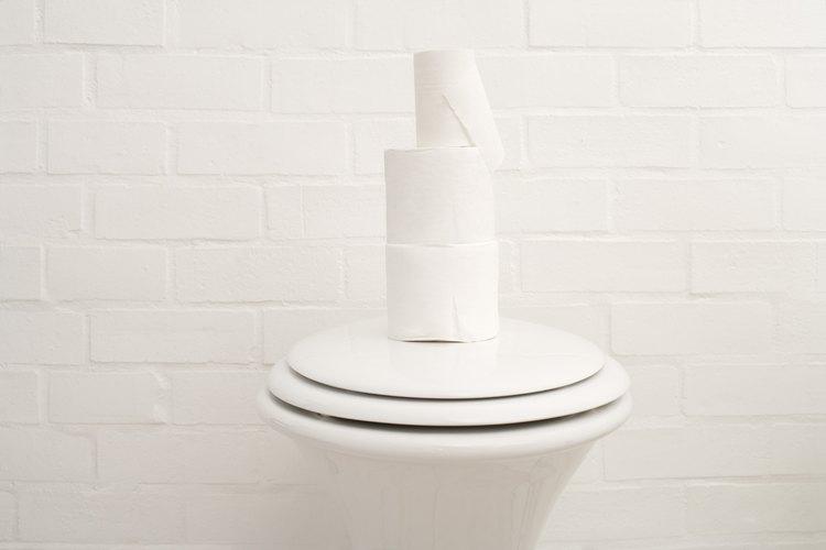 Cierra la válvula de agua del inodoro, girando el mango hacia la derecha si ves acumulación de agua alrededor de la base del inodoro o el tornillo se ha roto.
