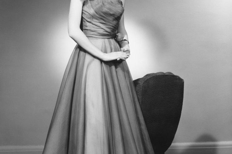 Los hombros descubiertos y las faldas largas son típicas de los vestidos de noche de los años 50.