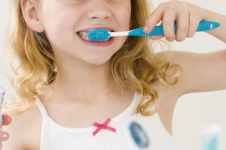 Los niños deben cepillar sus dientes al menos dos veces al día.
