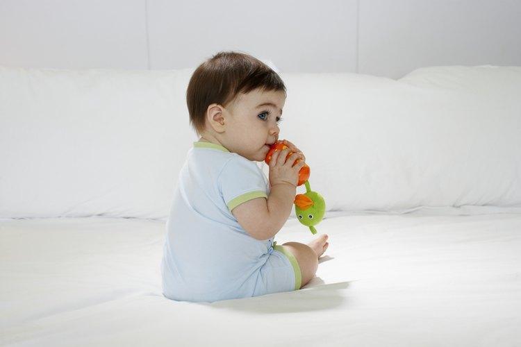 La dentición puede ser causa de que tu bebé tenga las mejillas coloradas.