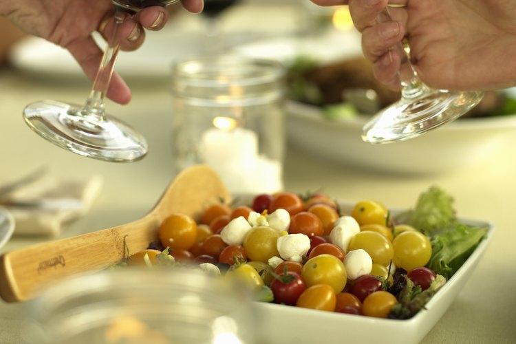 Cómo elegir la comida para una fiesta de degustación de vinos.