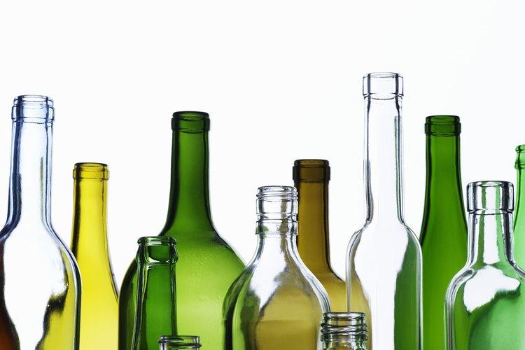 Usa una variedad de botellas de vidrio cuando construyas tu pared decorativa.