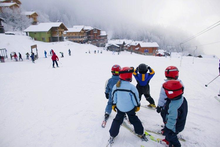 Las clases de esquí a menudo se hacen en un pequeño grupo de niños de la misma edad.