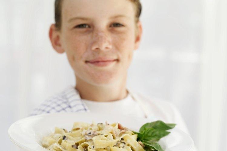 Si tu niño es un artista culinario serio, puede disfrutar de organizar una fiesta para sus amigos y atendiendo la comida el mismo.