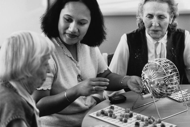 El bingo funciona bien en los hogares para ancianos, ya que no requiere actividad física y es divertido para la mayoría de las personas.