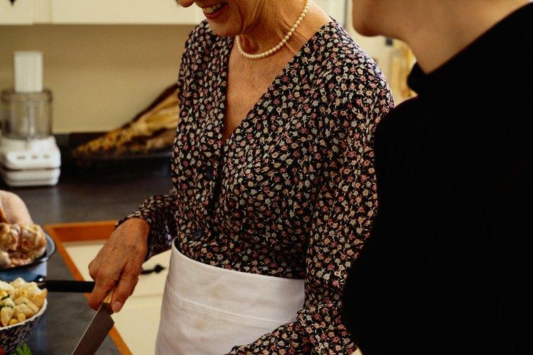 Pedirle a tu suegra ayuda para cocinar una comida puede aumentar tu relación.