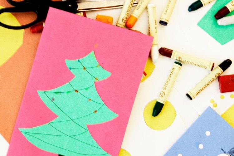 Crea tarjetas, etiquetas para regalo y papel para envolver con simples materiales de papelería.