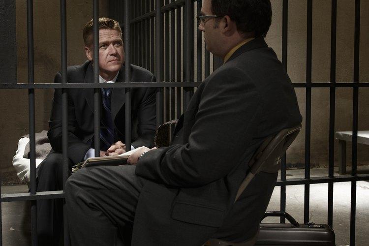 En su caso, el abogado del Estado puede negociar con el acusado y su abogado, un acuerdo con la fiscalía , si no desea celebrar un juicio .