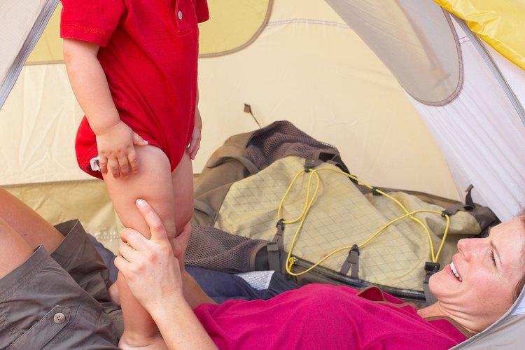 Haz menos estresante la acampada con tu bebé al empacar todo lo que necesite.