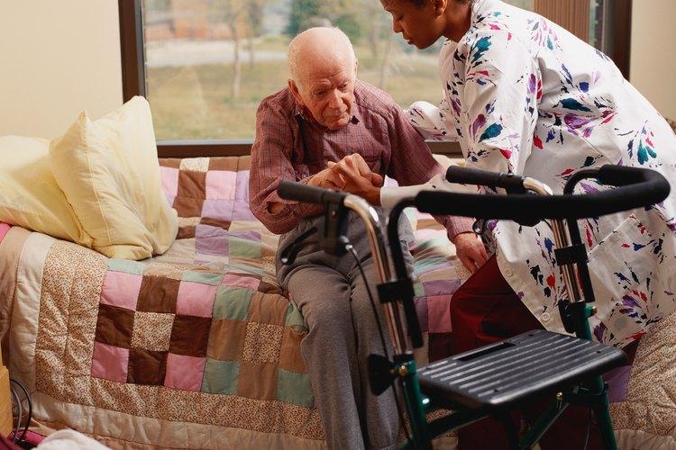 Los CNA ayudan a los pacientes a moverse de las camas a las sillas y a caminar.