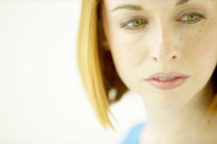 En algunos casos, puede ser adecuado ocultar tus sentimientos para evitar crear una situación incómoda.