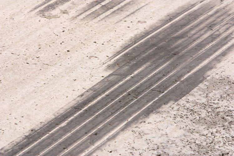 Las marcas de neumáticos dejan una mancha difícil en la calzada.