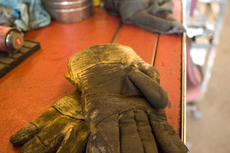 Usa guantes y otra protección mientras pintas tu césped.