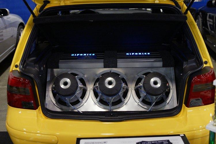 Hay varias conexiones que se deben hacer cuando se está conectando un amplificador estéreo en tu automóvil.