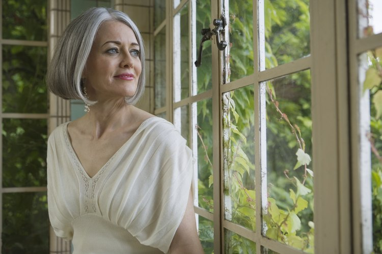 Una mujer de 50 años se verá cubierta y elegante con un vestido en línea y al mismo tiempo lucirá a la moda y cómoda.