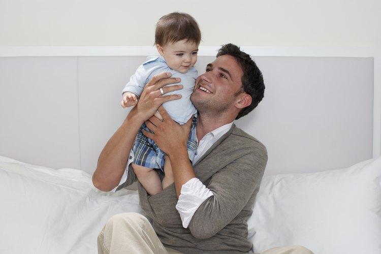 Ayudar a honrar a un padre primerizo al darle un regalo por el Día del Padre.