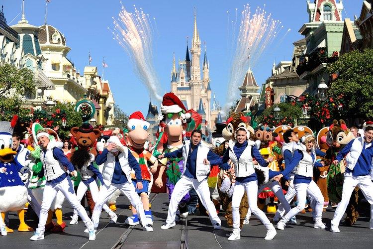 Un desfile navideño en Disneyworld.