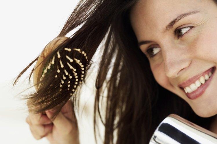 Invierte en un buen cepillo y secador de pelo.