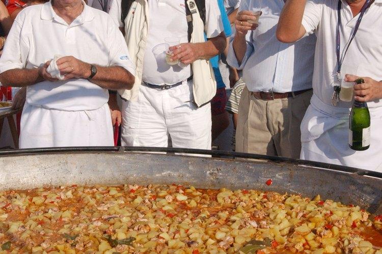 Para alimentar a una multitud con una paella, necesitarás un gran paellero y una buena fuente de calor.