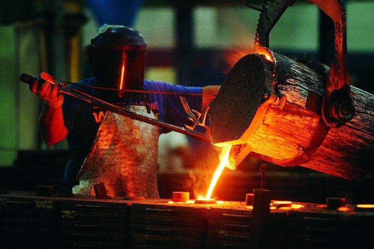 La producción de acero es un proceso difícil y peligroso.