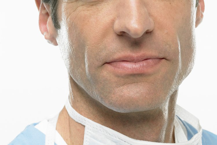 Los cirujanos cardiotorácicos se especializan en procedimientos quirúrgicos que comprometen el corazón y los pulmones.