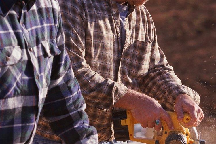 Las máquinas perforadoras y fresadoras son herramientas similares y ambas son útiles en el taller de un carpintero.