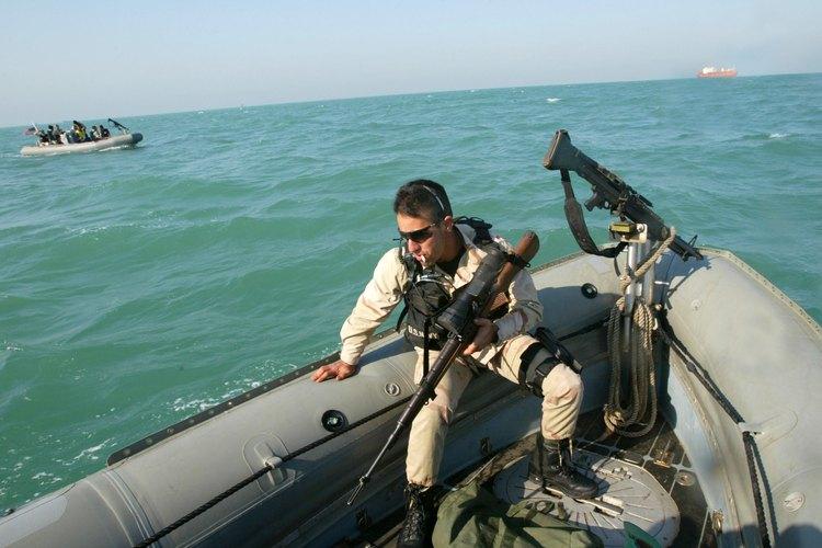 Un marine sosteniendo un rifle M14.