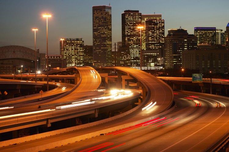La sociología urbana se enfoca en el estudio de las relaciones humanas en las áreas metropolitanas.