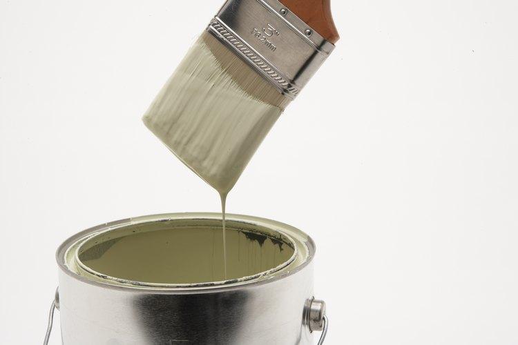 El mueble del estilo de finca frances a menudo es pintado con un color claro.