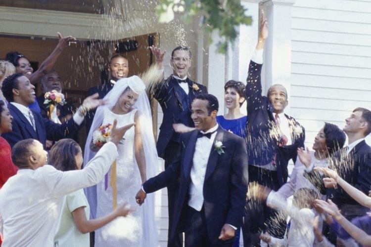 En estos tiempos, también se cree que el acto de arrojar arroz es para ayudar a mantener alejados los espíritus malignos de la novia y del novio.