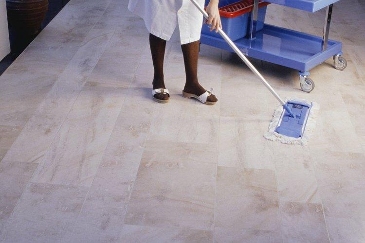 Una de las piezas más importantes del equipo para un ama de llaves es el carrito de limpieza.