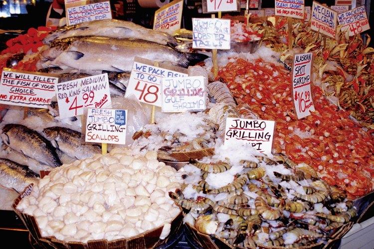 Camarones enteros crudos a la venta en un mercado.