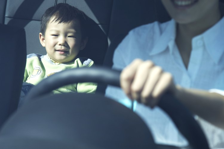 Haz que los niños jueguen con actividades para desarrollar el lenguaje durante los viajes en auto.