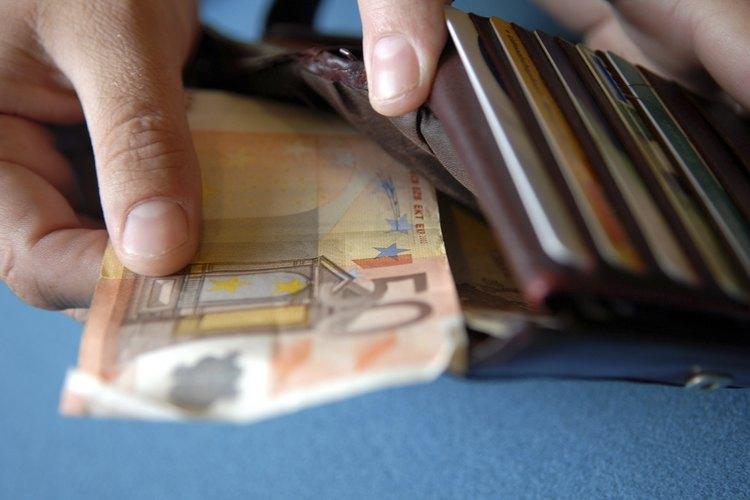 Las billeteras acordeón tienen una sección central precisamente de esta forma que sirve para guardar tarjetas de crédito, billetes doblados e identificaciones.