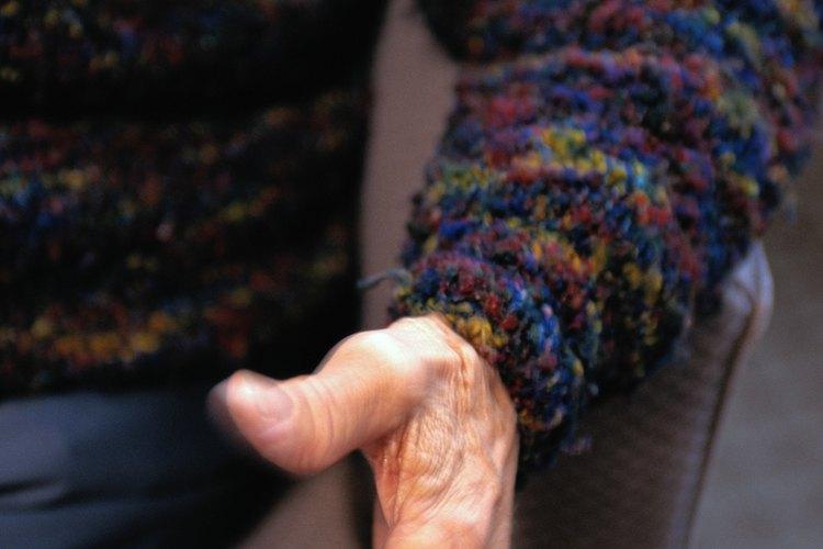 Cuida los suéteres de lana doblándolos cuidadosamente antes de almacenarlos.