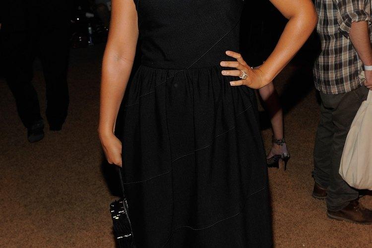Opta por un par de zapatos cerrados negros con tu vestido negro a la rodilla, como hace Alicia Keys para un gran efecto.