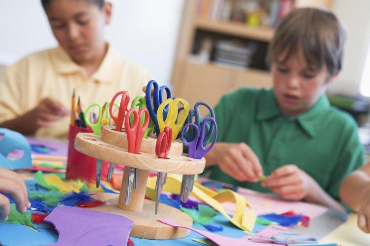 Niños haciendo actividades con tijeras.