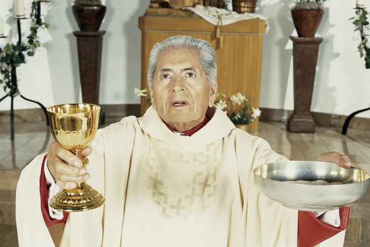 Un sacerdote tiene permitido administrar la Eucaristía.