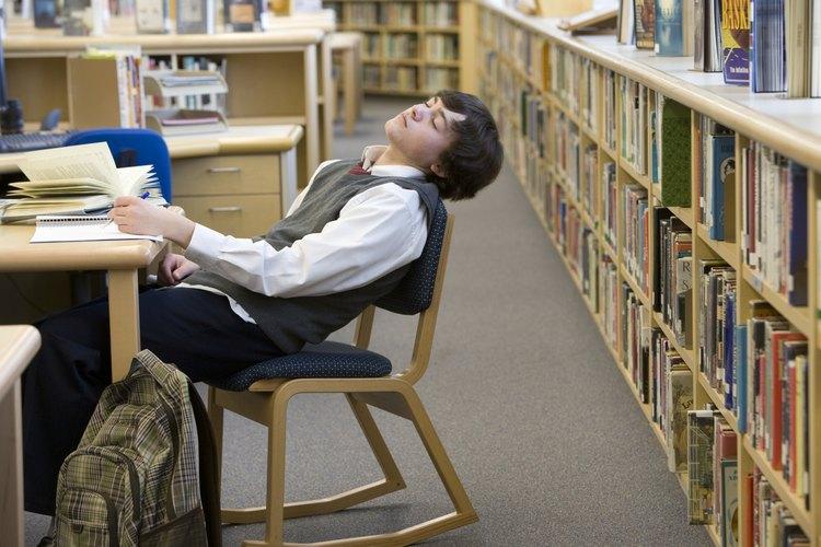 A menudo, los adolescentes se quedan dormidos en la escuela cuando son privados del sueño.