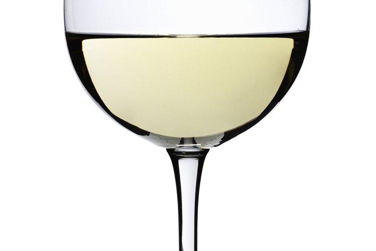 Un vino blanco seco es bueno para usar con una mezcla de vinos blancos.
