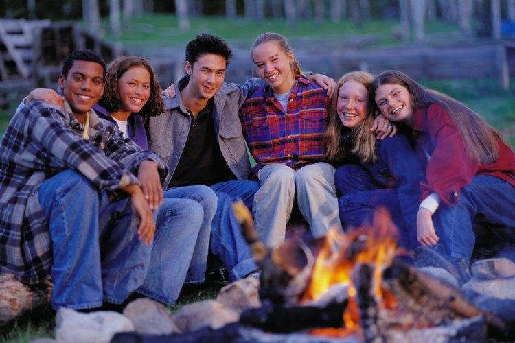 Planea juegos al aire libre que desafíen a los adolescentes a trabajar juntos.