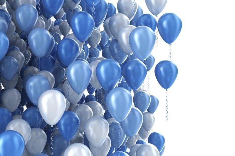 Vista ampliada de un arreglo con globos azules y plateados.