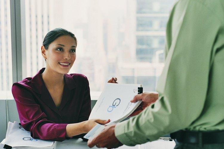 Secretaria proveyendo documentación para una conferencia.