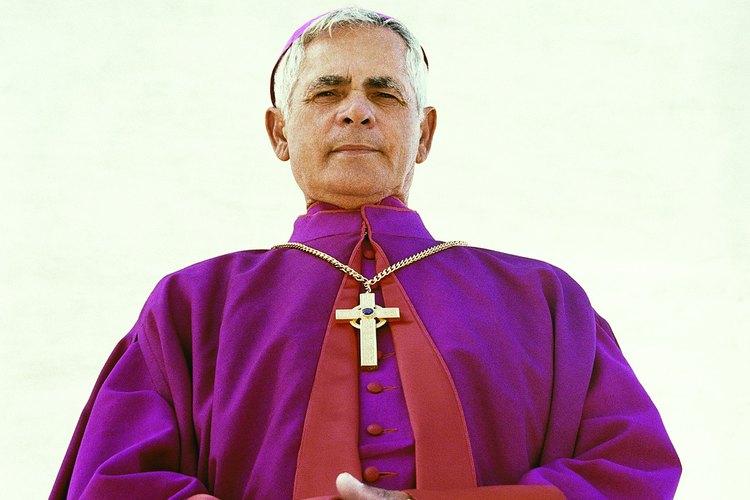 El sacerdote lleva una estola morada para administrar el sacramento de la penitencia.