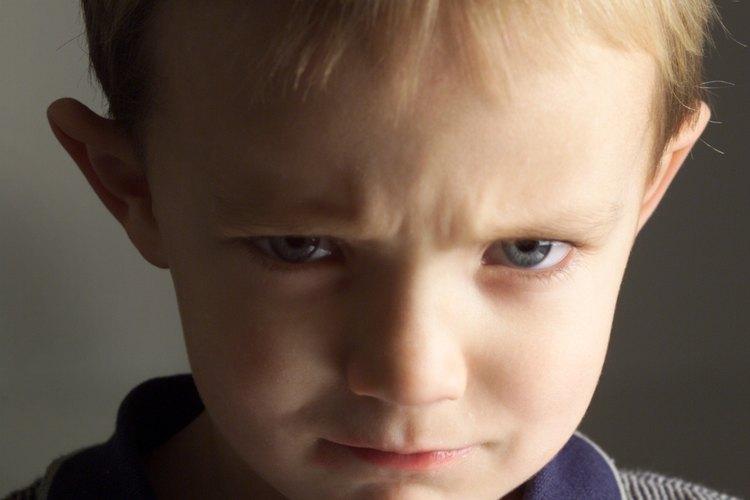 Mantén tu voz tranquila al hablar con un niño enojado.