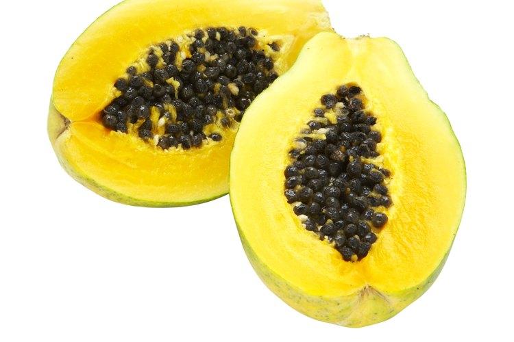 Las semillas de papaya son comestibles, pero picantes.