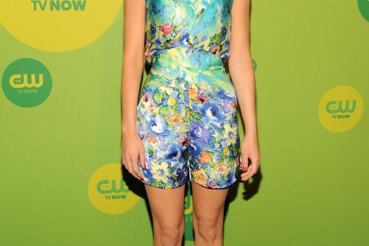La actriz Aimee Teegarden empareja zapatos azules con un mameluco floral.