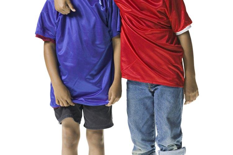 Los hermanos podrían verse entre sí más como pares y menos como figuras autoritarias que un padre.