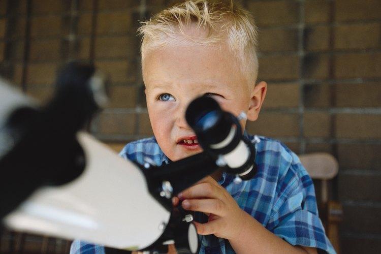 Observar las estrellas a través de un telescopio permite acercar las constelaciones.