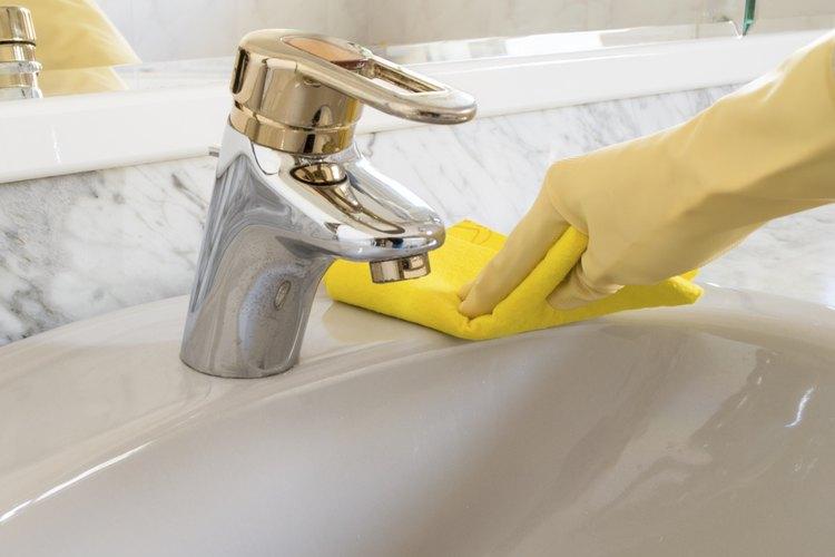 Frota la pasta de la pared con un paño húmedo.